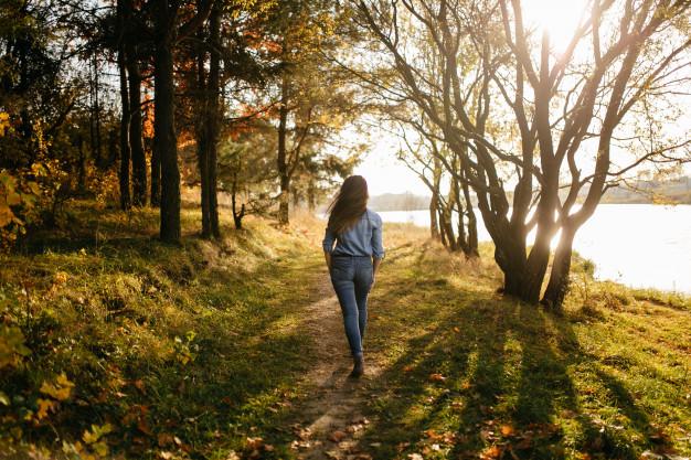 Gå en tur hver dag det hjælper en kostplan til vægttab. Din vej til succes